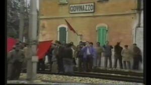L'acqua calda e l'acqua fredda - occupazione dei binari della stazione di Giovinazzo